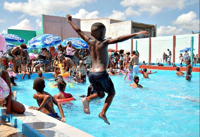 Memorias del Comunismo: Ahora los circulos sociales obreros de La Habana recobrarán su lujo para el turismo
