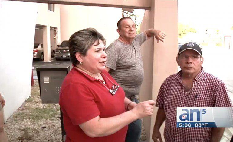 Vecinos de un edifico en el East de Hialeah están viviendo con pésimas condiciones de higiene