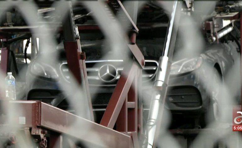 Voraz incendio en una base de camiones en la ciudad de Medley deja a dos Mercedes Benz calcinados