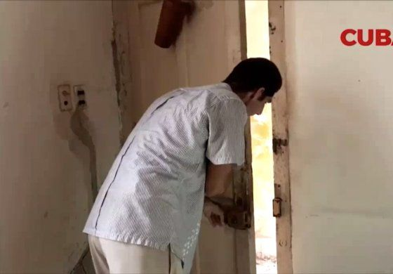 Familia lleva cinco años entrando por un hueco a su apartamento en La Habana