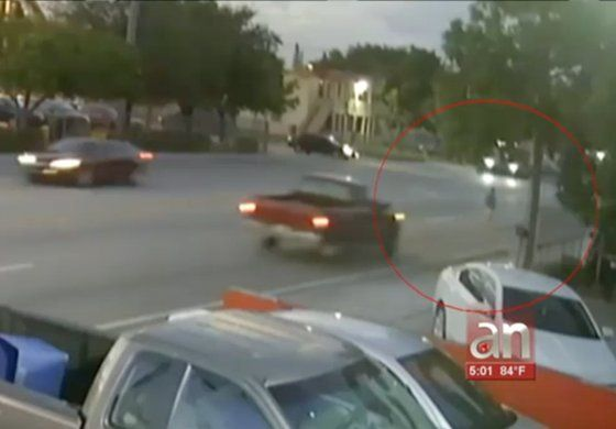 Desgarradoras imágenes cuando mujer es impactáda por un auto y el chofer se da a la fuga