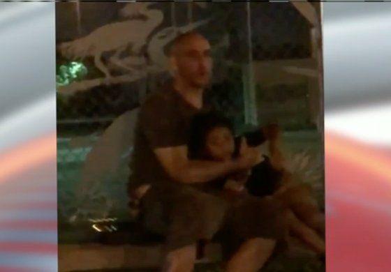 Buscan a hombre aparentemente intoxicado que caminaba en la noche por una calle de Miami Lakes junto a un niño