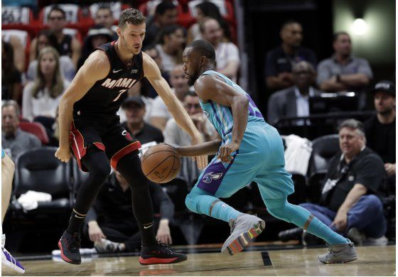 Walker anota 39 puntos, Hornets vencen al Heat 113-112