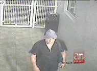 policia busca a hombre que entro a un parqueo en un edificio de miami y robo varios autos