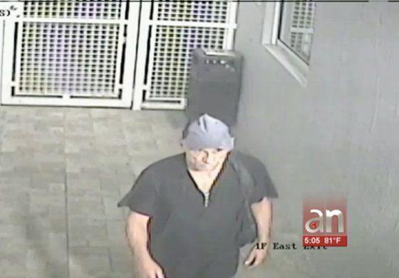 Policía busca a hombre que entró a un parqueo en un edificio de Miami y robó varios autos