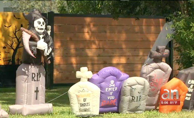 Roban artículos de decoración por Halloween  en una casa del SW de Miami