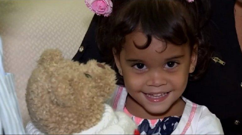 Niña cubana con piernas amputadas recibe ayuda en Miami para poder caminar