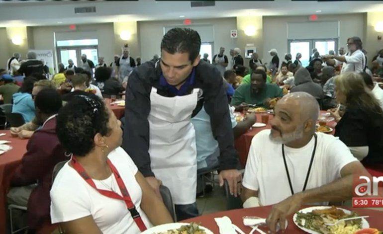 Personas desamparadas disfrutaron del tradicional almuerzo de Acción de Gracias en Camillus House