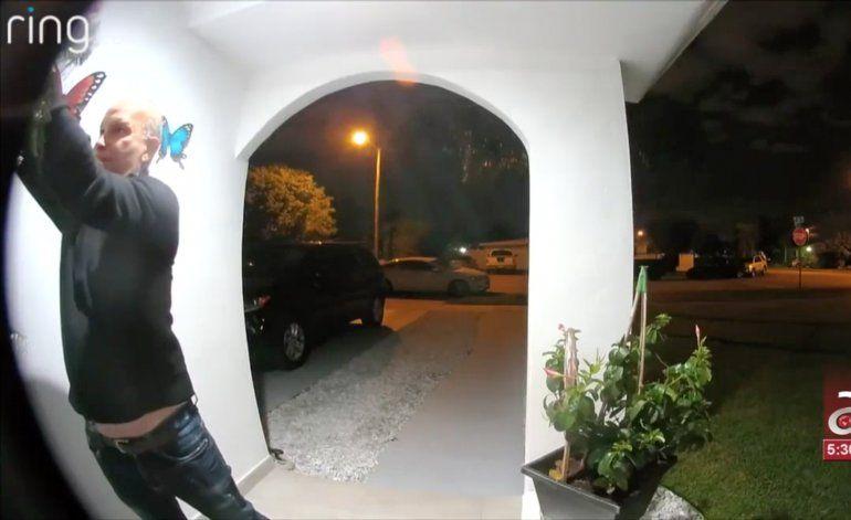 Policía de Hialeah captura a hombre que robó una corona de navidad para ponerla en la puerta de su casa