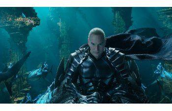 "Reseña: Jason Momoa nada, pero ""Aquaman"" casi no flota"