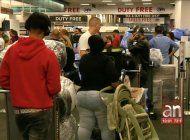 cientos de pasajeros cubanos han quedado varados en miami y cuba tras suspension de vuelos a la isla