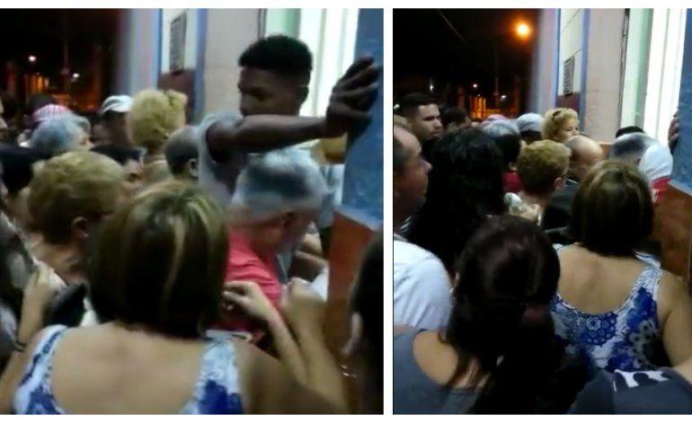 Tumulto y descontento en cola para comprar pan en Cuba