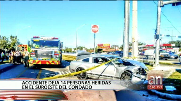 Ford Mustang se estrella contra un autobús en transitada calle de Miami dejando 14 personas heridas