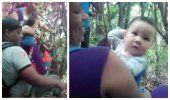 Impactantes Imágenes: Padres cubanos en medio de la Selva del Darien con sus pequeños hijos acuesta