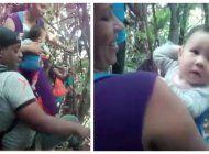 impactantes imagenes: padres cubanos en medio de la selva del darien con sus pequenos hijos acuesta