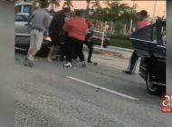 brutal pelea tumultuaria entre los choferes de tres autos en la calle kendall drive