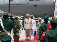 el principe carlos llega a cuba en la primera visita de la familia real britanica