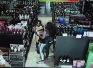 dos afroamericanas usaron a sus hijos para robar una licoreria de miami
