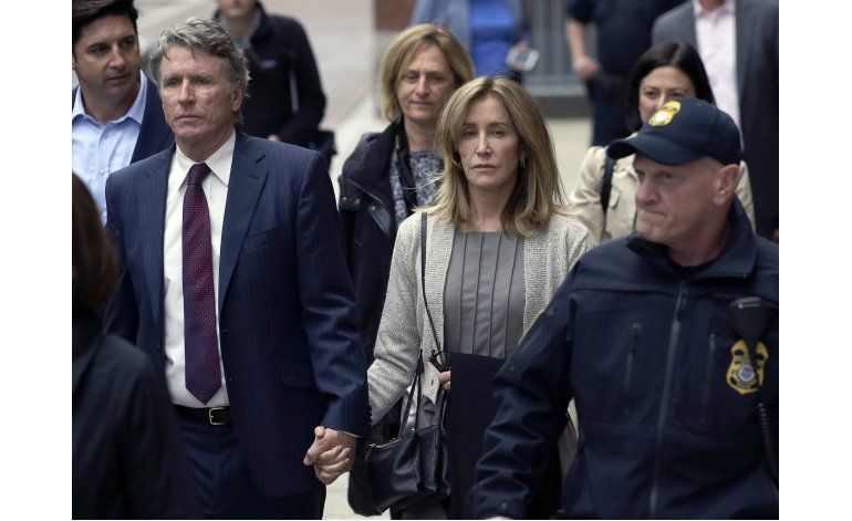 Huffman se declara culpable por fraude universitario