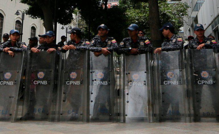 Efectivos policiales armados toman La Asamblea Nacional de Venezuela