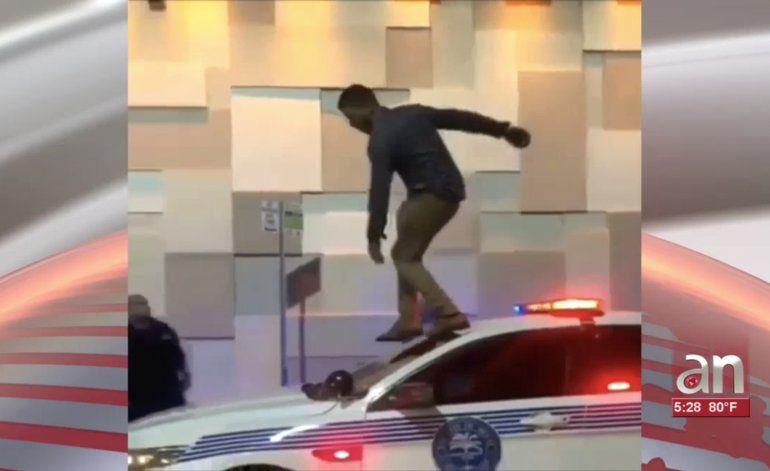 Arrestan a cubano por subirse en el techo de una patrulla por el juego de redes sociales The Floor is Lava