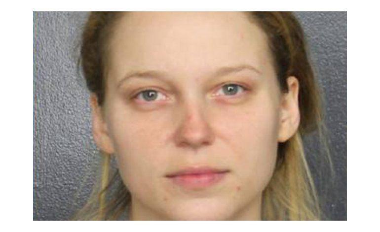 Mujer acusada de amenazar con hacer estallar una patrulla de policía de Davie