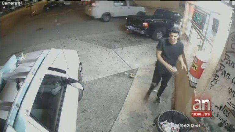 Captado en cámarael momento en queun joven asaltay golpeaa un hombre en Hialeah