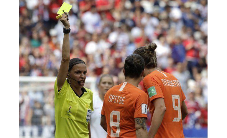 Árbitros mujeres se apoyan más en VAR, según cifras de FIFA