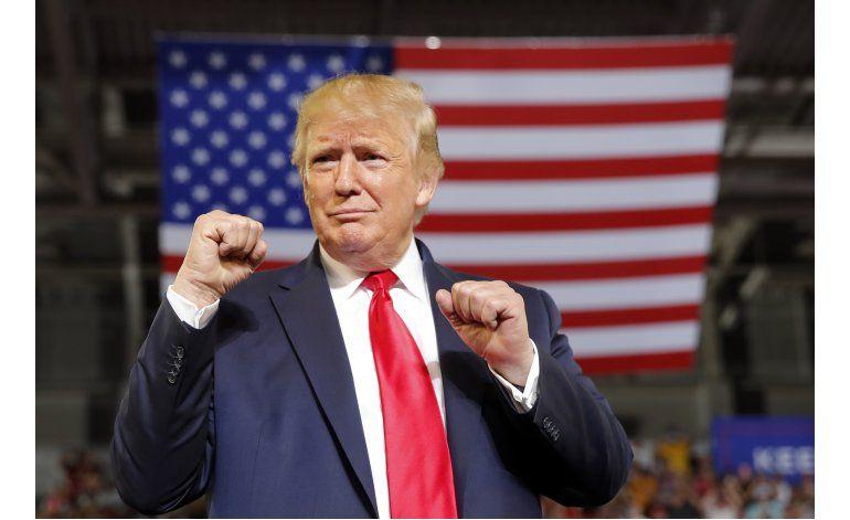 Trump dice que no está feliz con consigna de sus partidarios
