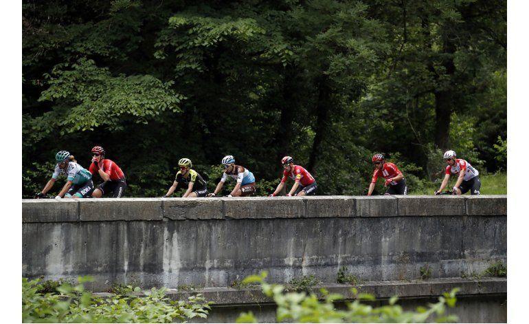 Simon Yates gana la primera etapa en los Pirineos