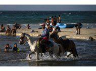 cubanos disfrutan las vacaciones de verano pese a la crisis