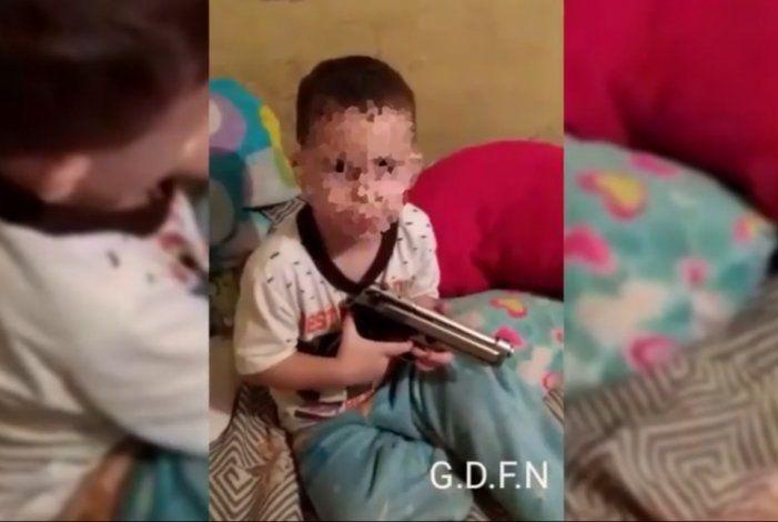 IMPACTANTE VIDEO: Un padre venezolano enseña a su hijo de apenas 3 años a disparar una pistola