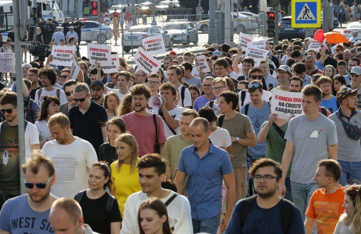 Pareja rusa podría perder custodia de su hijo por protestar