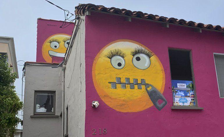 Vecinos molestos por emojis pintados en casa de California