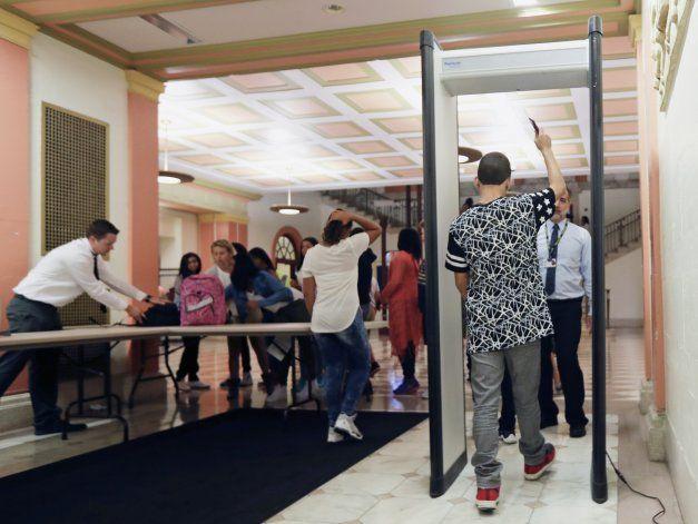 Equipos especiales evalúan los riesgos en escuelas de EEUU