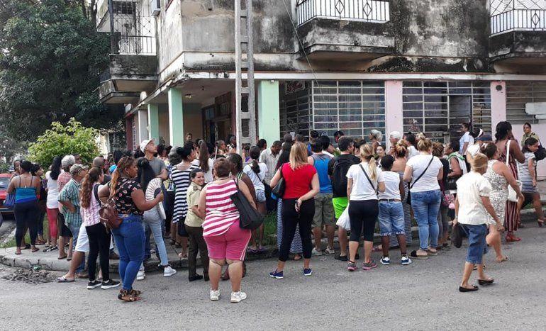 La venta de uniformes escolares en Cuba ha provocado largas filas de hasta 12 horas