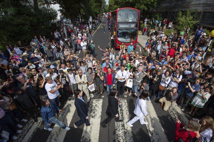"""Fans celebran 50 aniversario de portada de """"Abbey Road"""""""