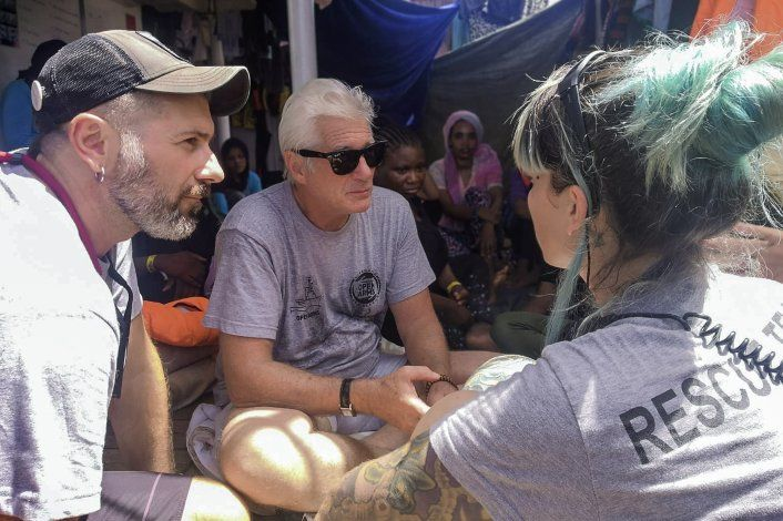 Richard Gere visita migrantes varados en el Mediterráneo