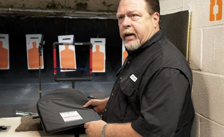 EEUU: Tiroteos impulsan venta de mochilas blindadas