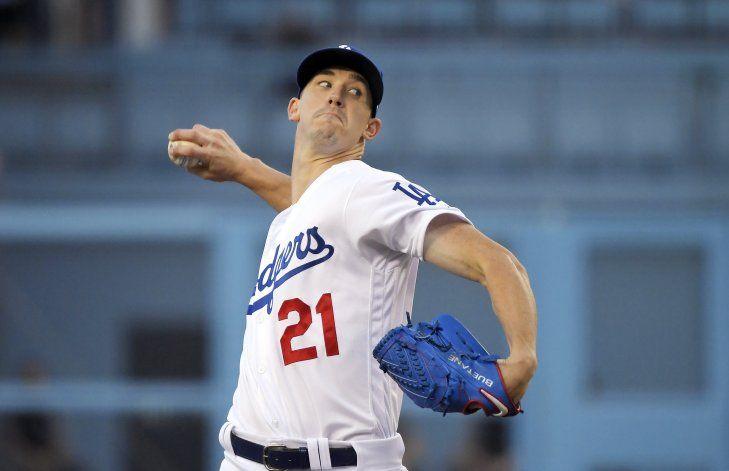 Kelly pega 2 jonrones tardíos, Arizona gana a Dodgers en 11