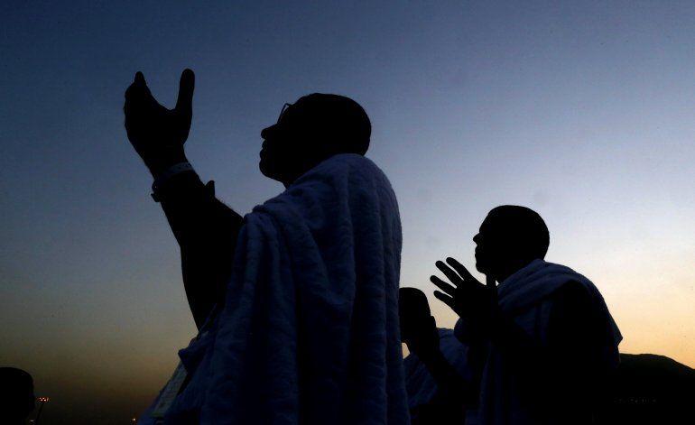 Peregrinos suben al Monte Arafat en el segundo día del haj