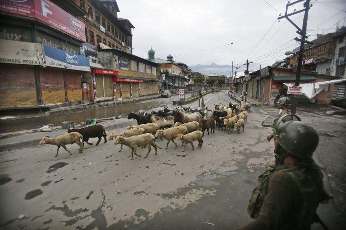 India suaviza restricciones en Cachemira por fiesta islámica