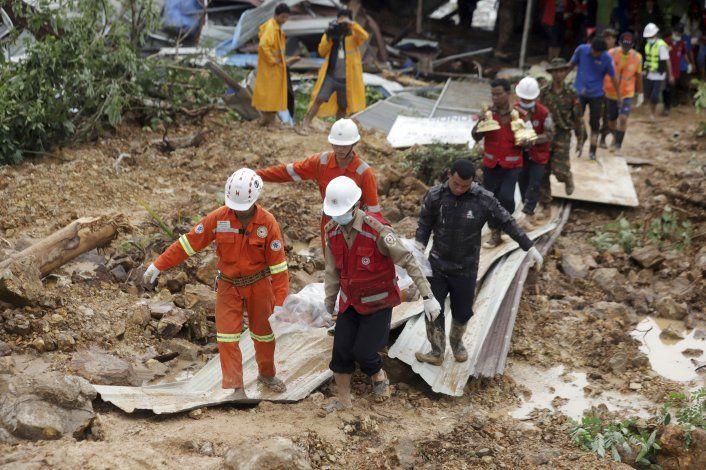 Suben a 56 los muertos por un alud de tierra en Myanmar
