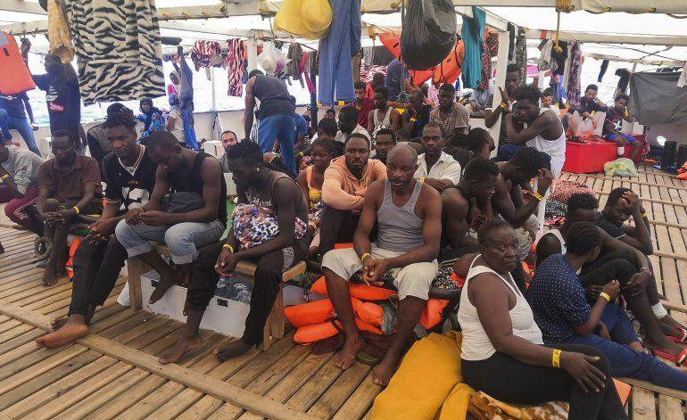 Evacúan a 9 migrantes de un buque de rescate español