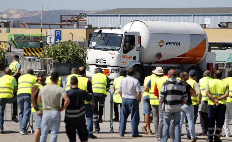 Soldados reparten combustible durante la huelga en Portugal