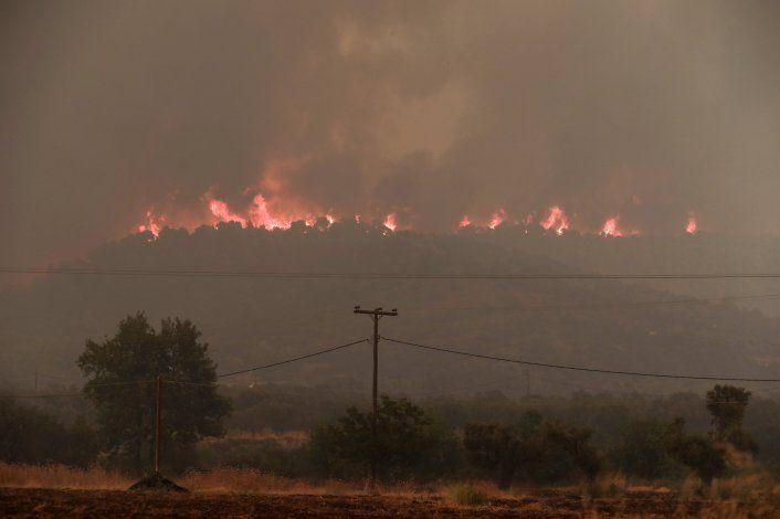 Más de mil bomberos combaten incendios forestales en Grecia
