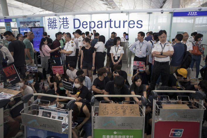 Policía se enfrenta con manifestantes en Hong Kong