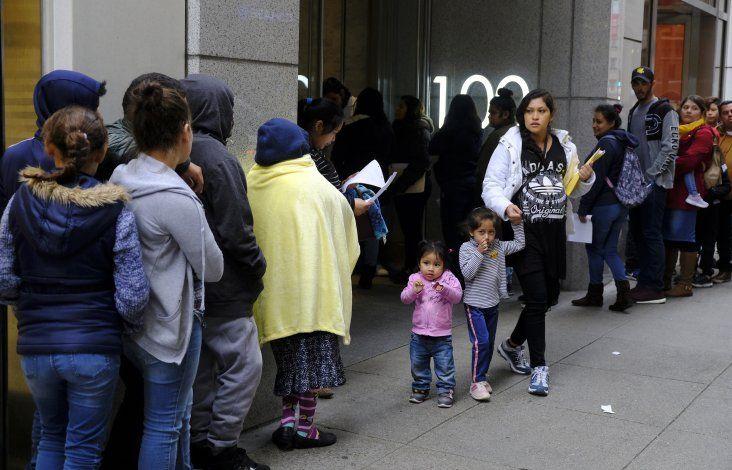 Apelan reglas de Trump para restringir inmigración legal