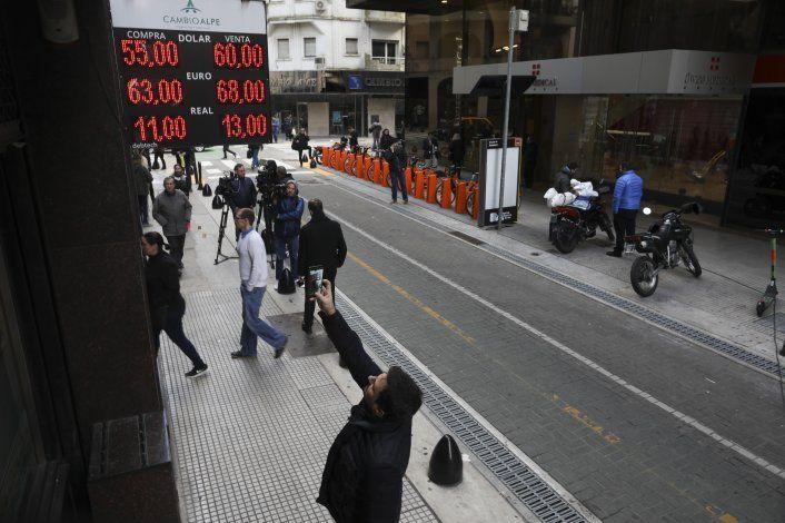 Depreciación sume en la incertidumbre a los argentinos