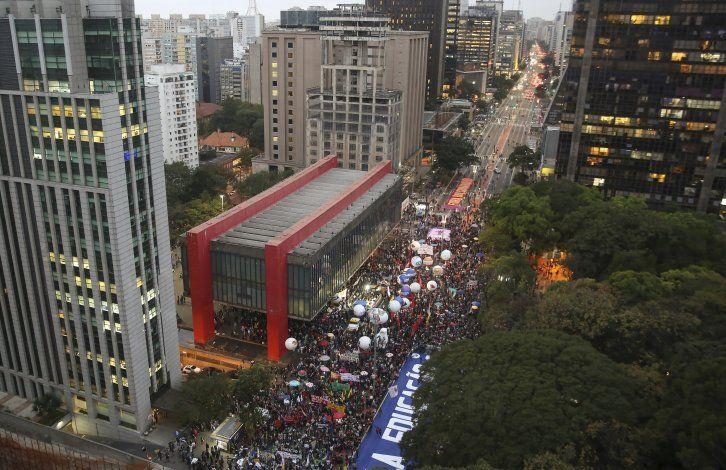 Protestan en todo Brasil contra recortes a la educación